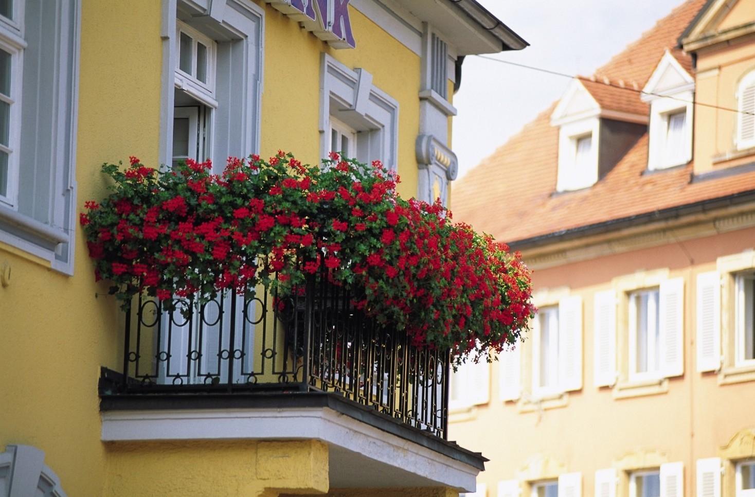 Balcone rovinato, chi deve pagare lavori tra condominio e proprietario casa