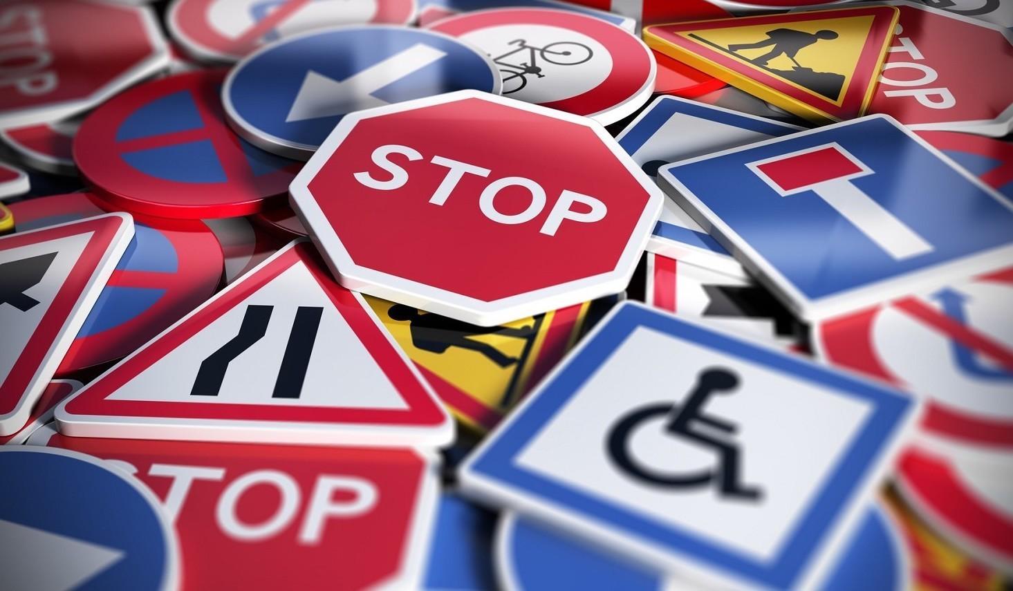 Codice della strada: guida a parcheggio, rotonde, ciclisti