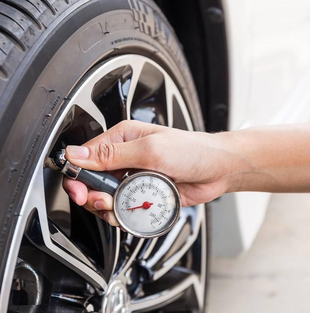 Come controllare la pressione degli pneumatici