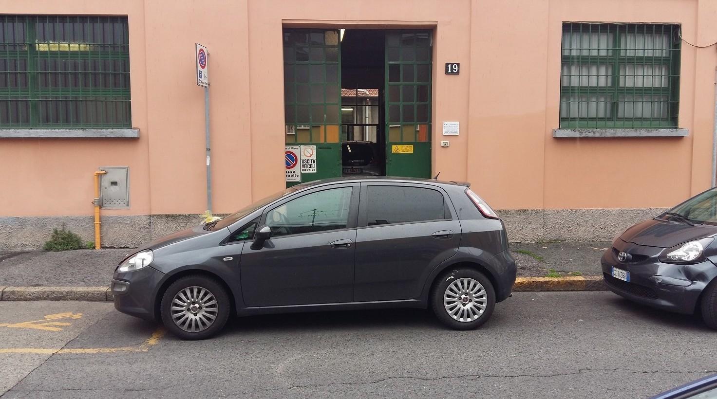 Cosa fare se auto parcheggiata davanti a passo carraio. Chi chiamare