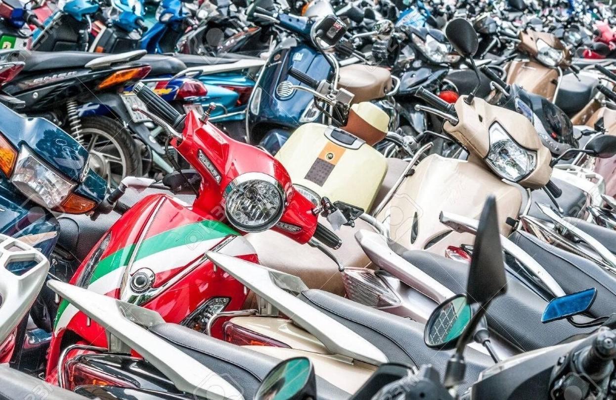 Dimensioni parcheggio moto e scooter, misure minime e normativa 2020
