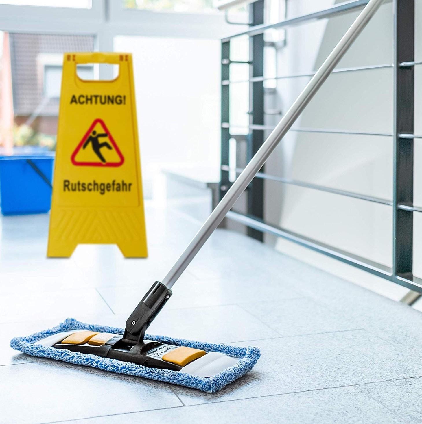 Persona scivola su pavimento bagnato e si fa male. Cosa succede, chi paga i danni