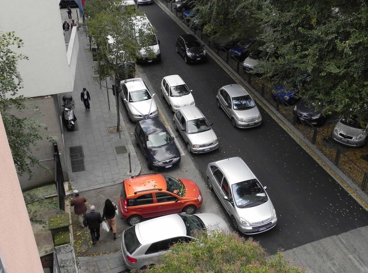 Quando si può parcheggiare in doppia fila. I casi in cui è consentito dal Codice della Strada