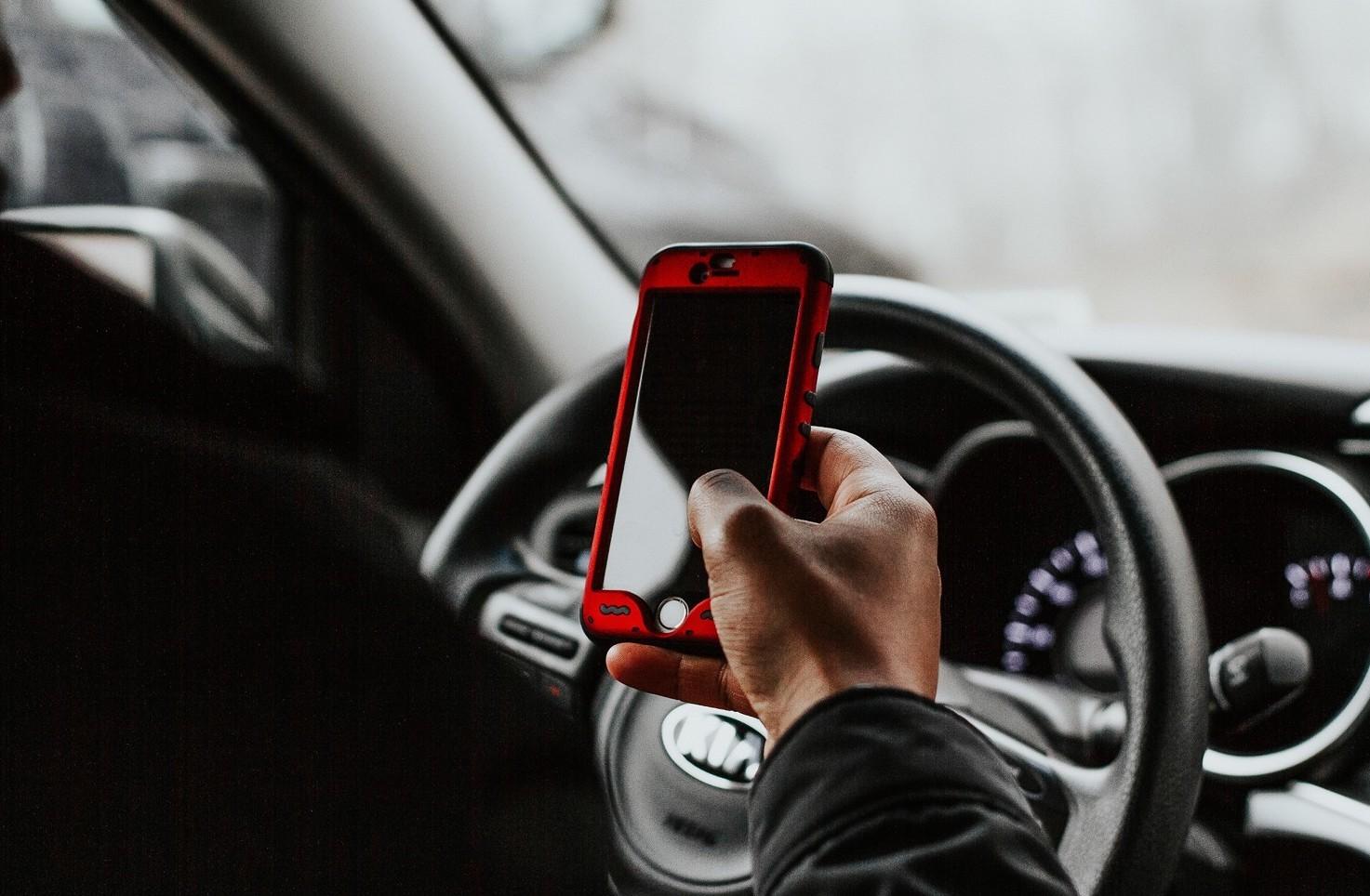 Quando si può usare il cellulare in auto e telefonare senza rischiare multe