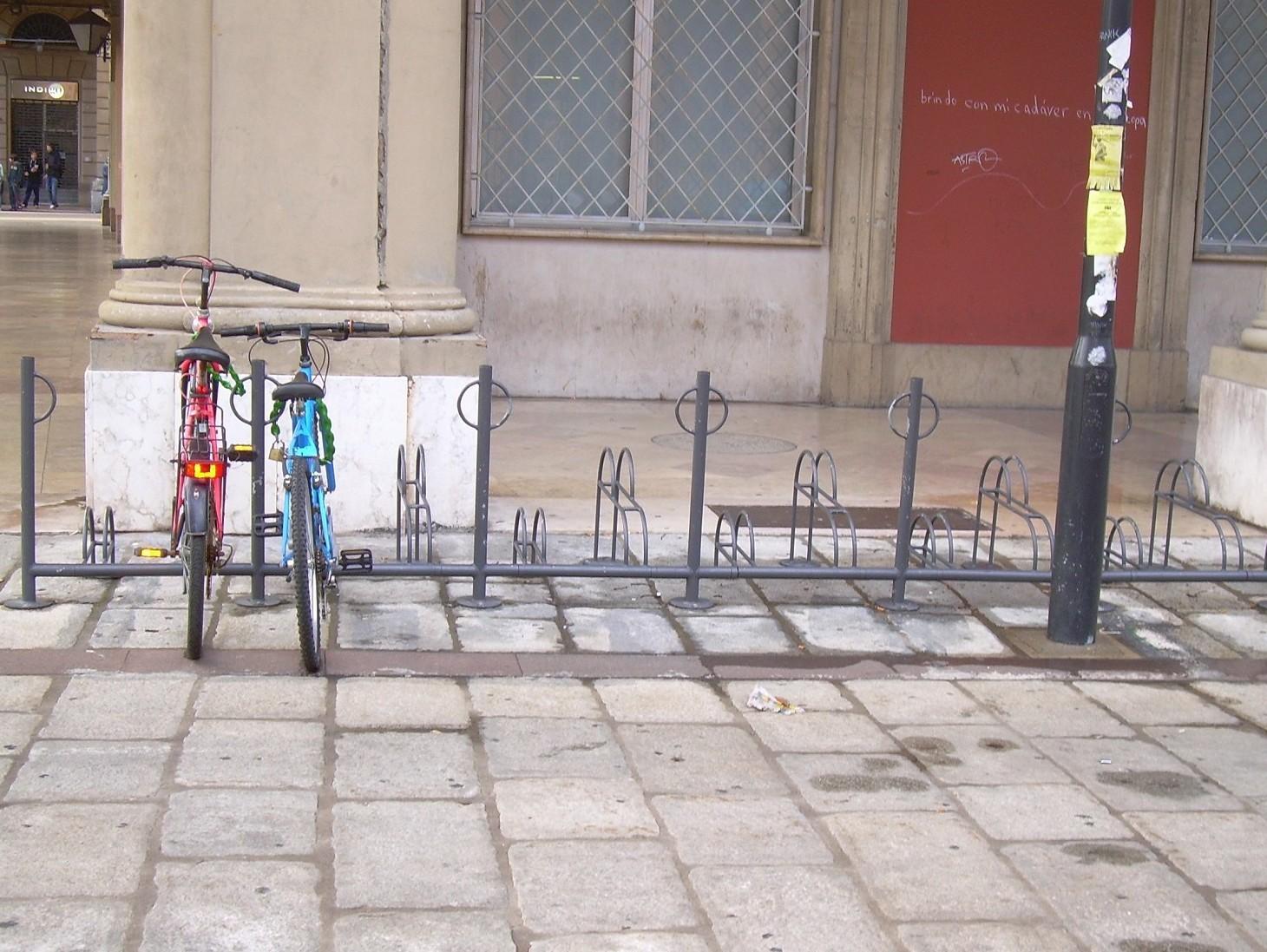 Rastrelliera bicicletta in condominio, installazione a norma. Quando e dove si può mettere