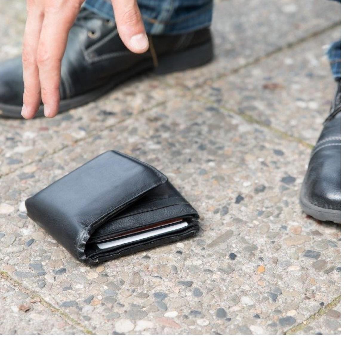 Se trovo un portafoglio perso per strada lo posso prendere o no. Cosa rischio