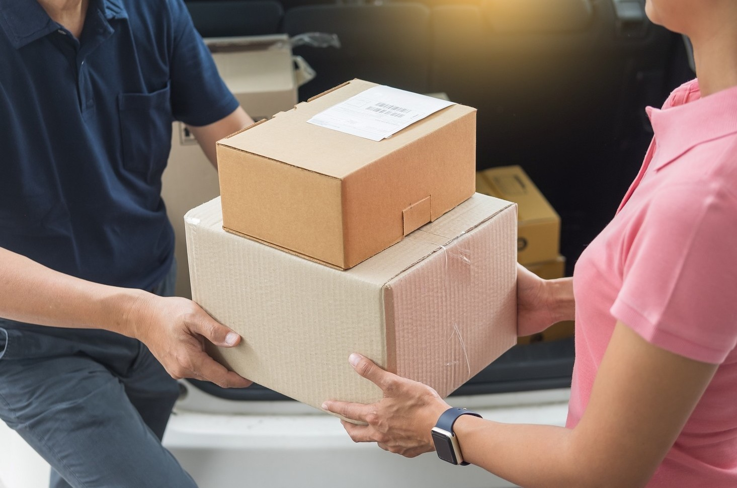 Si può o no controllare un pacco alla consegna prima di pagarlo