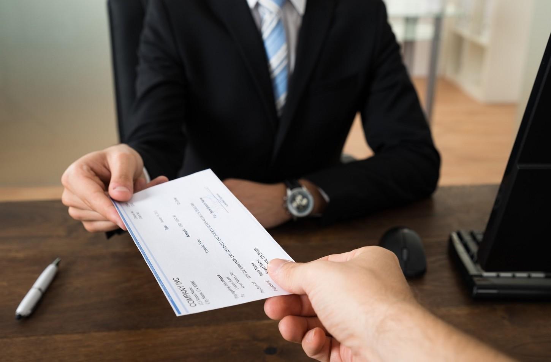 Si può versare un assegno su un conto corrente diverso dal mio o no