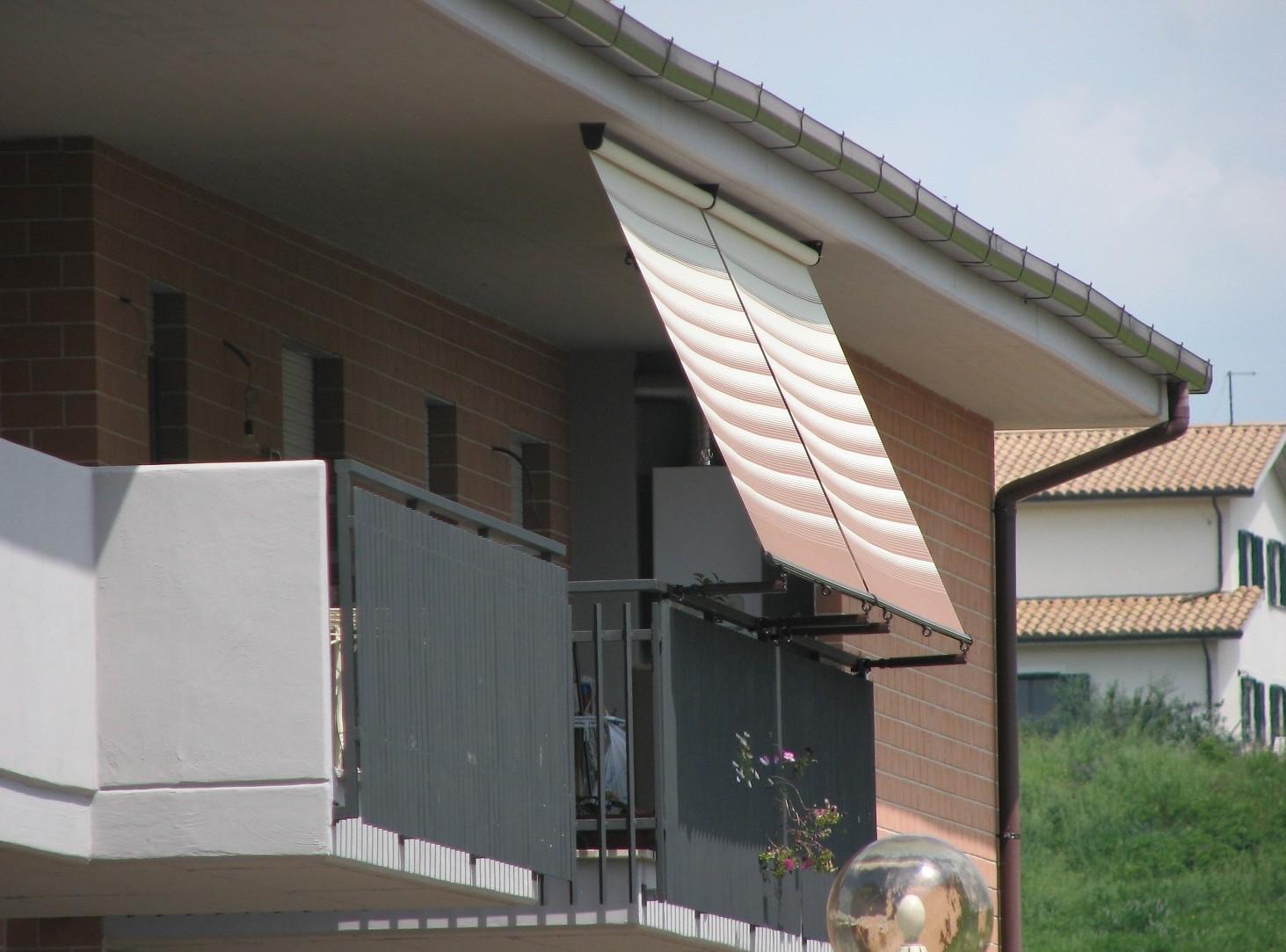 Tende da sole sul balcone in condominio a casa, tutte le regole e leggi in vigore
