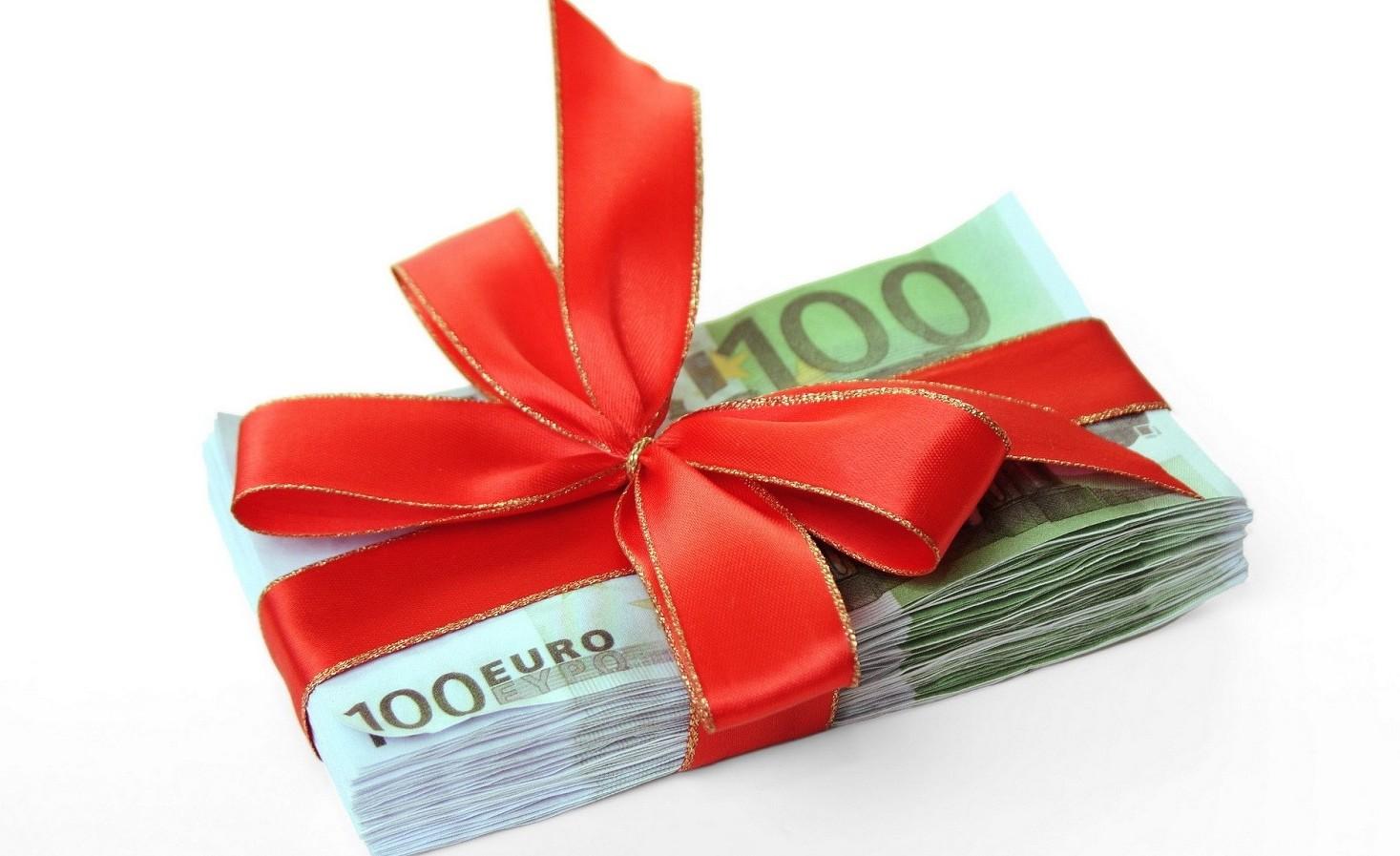 Trasferimenti soldi da genitori a figli, fratelli e tra parenti. Si può fare o no e per quali importi