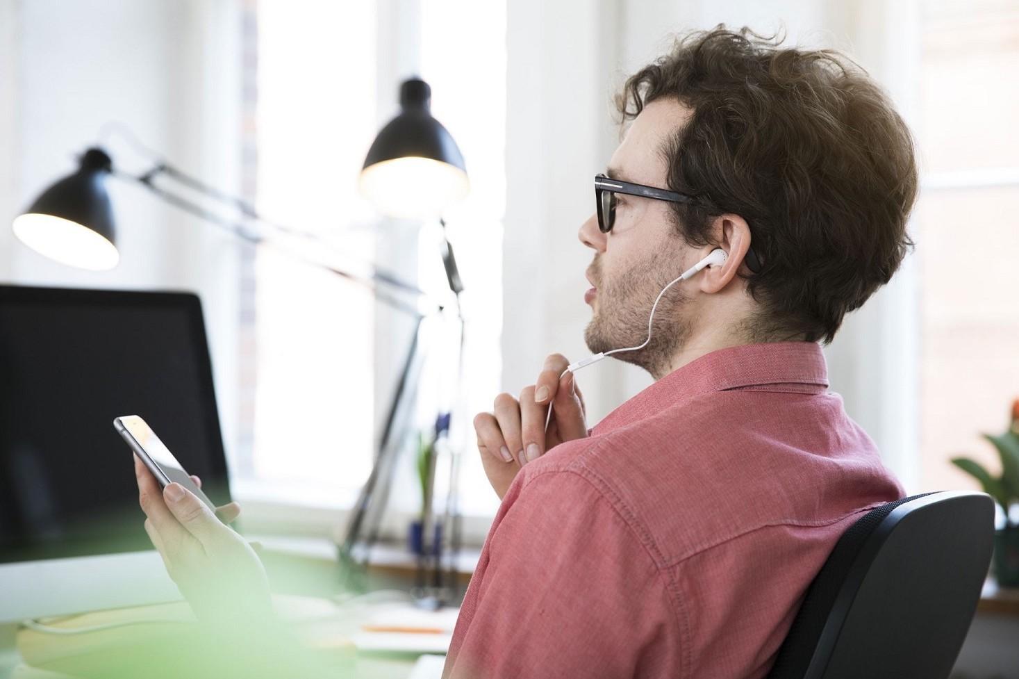 Usare cellulare al lavoro per motivi personali. Si può fare o no. Leggi aggiornate