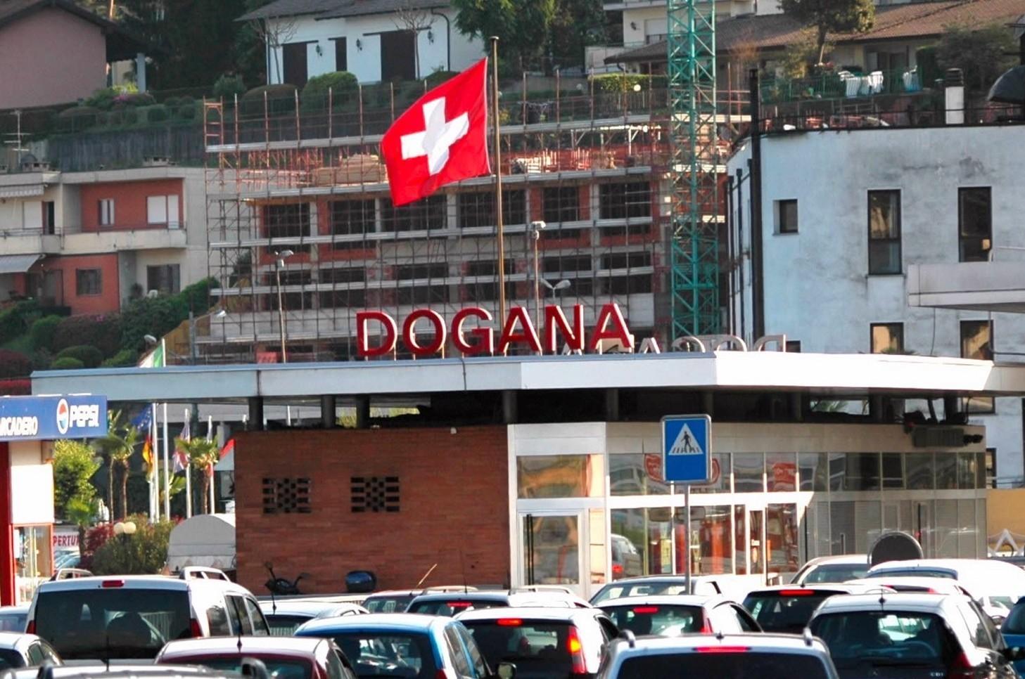 Viaggiare su autostrade svizzere pedaggi con vignette-bollino. Dove comprare, costo, durata e regole guida