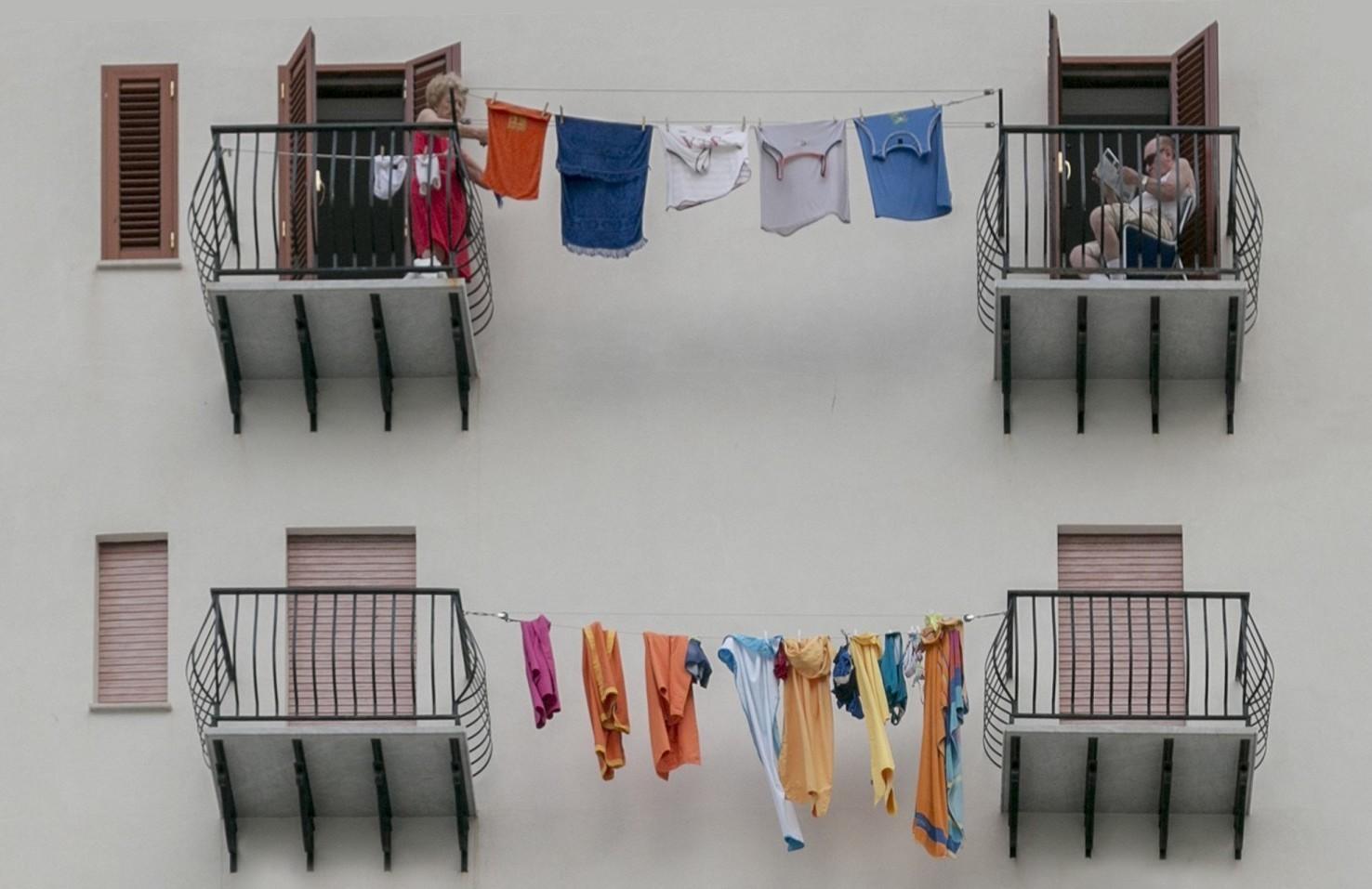 Vicini di casa rumorosi in condominio, cosa si può fare. Come difendersi