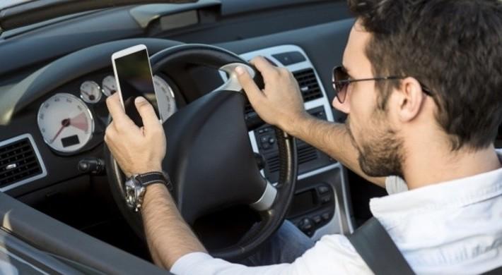 Assicurazione auto e uso del cellulare,