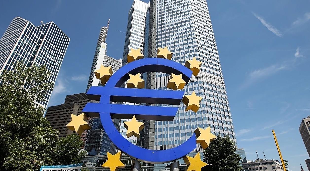 Bce, sondaggio su Bitcoin e due decision