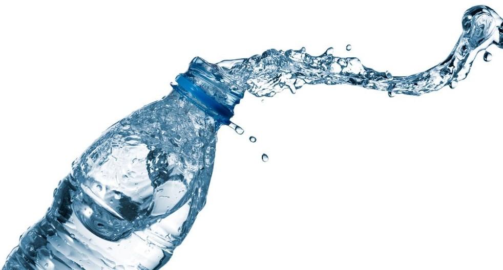 Acqua in bottiglia, ecco cosa si nascond