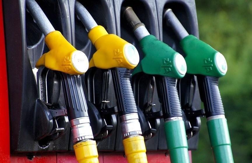 Carburanti: in calo consumi e più bassi
