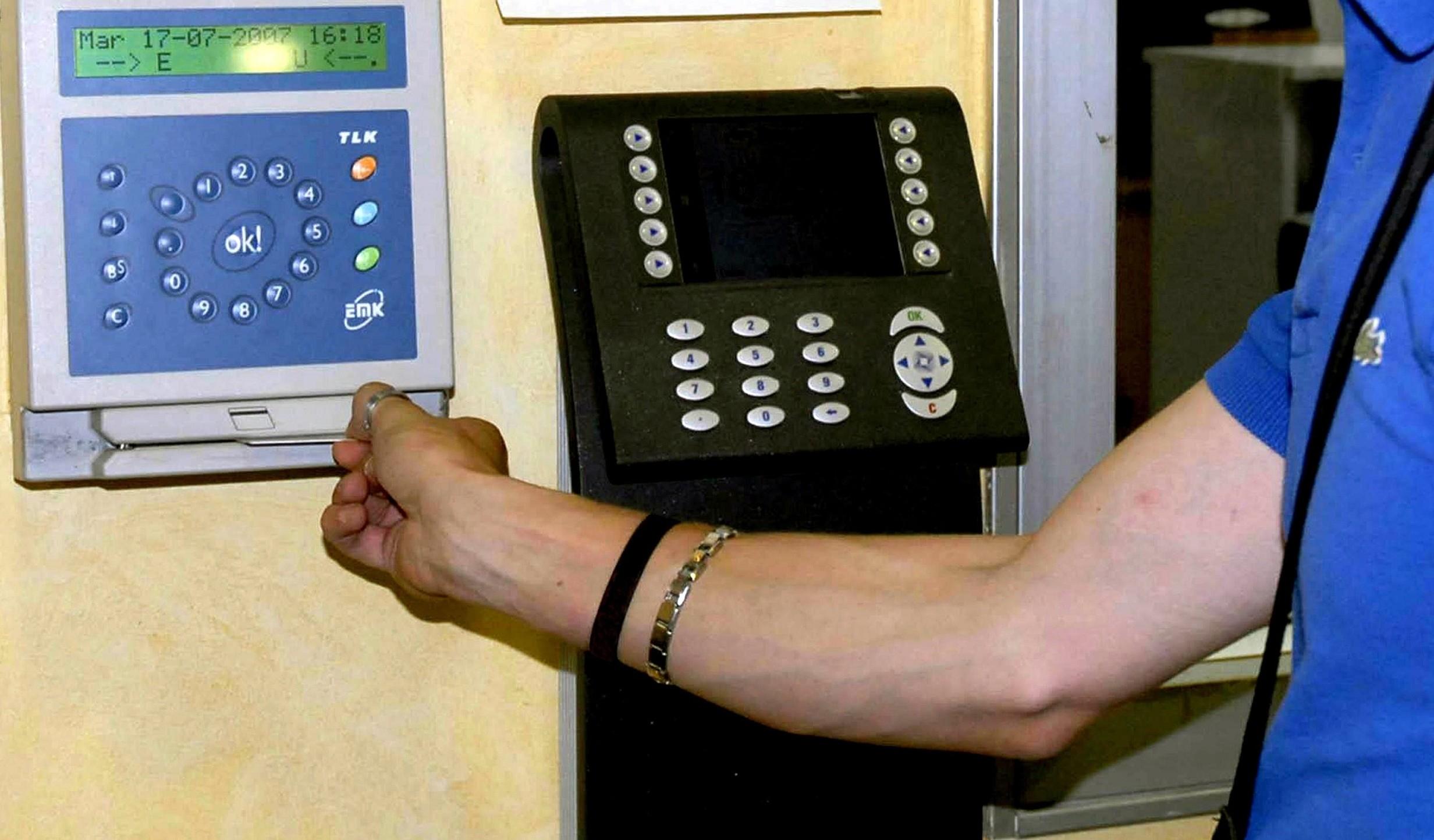 Dipendenti pubblici, impronte digitali a