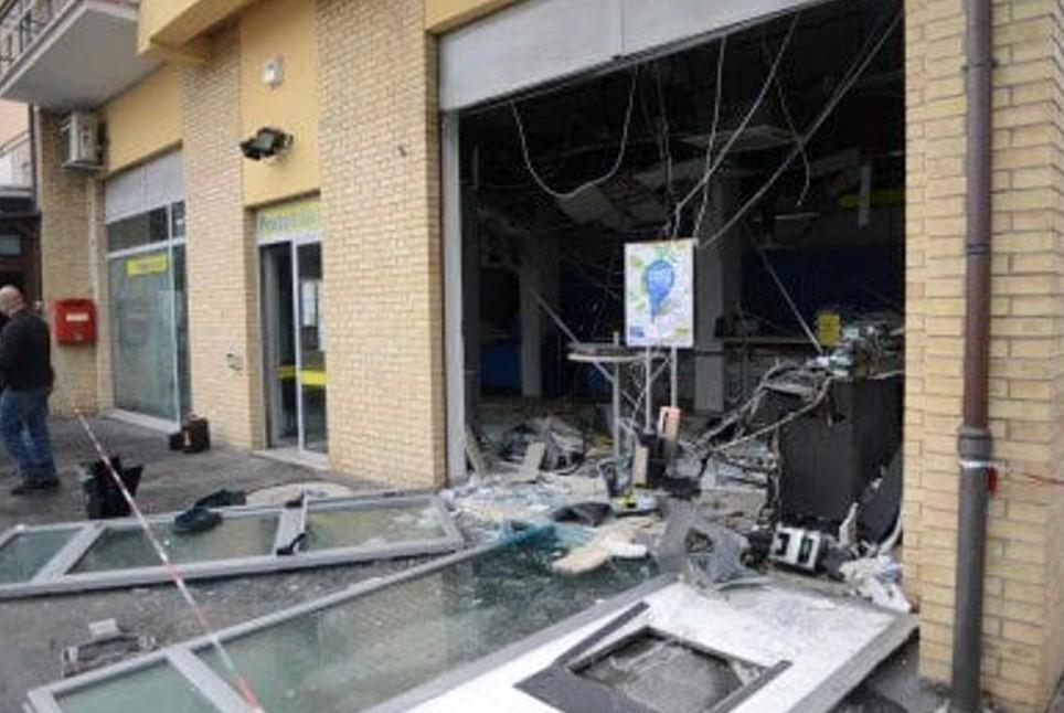 Bancomat esploso, bottino 25mila euro. B