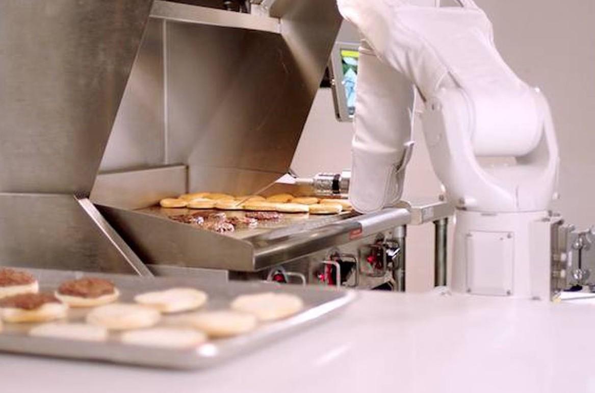 Flippy, il robot cucina hamburger viene