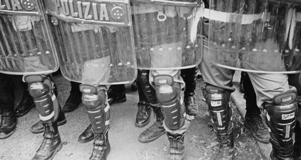 Forze dell'ordine, polizia, esercito: di