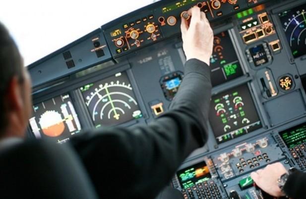 Piloti a bordo giocano durante il volo.