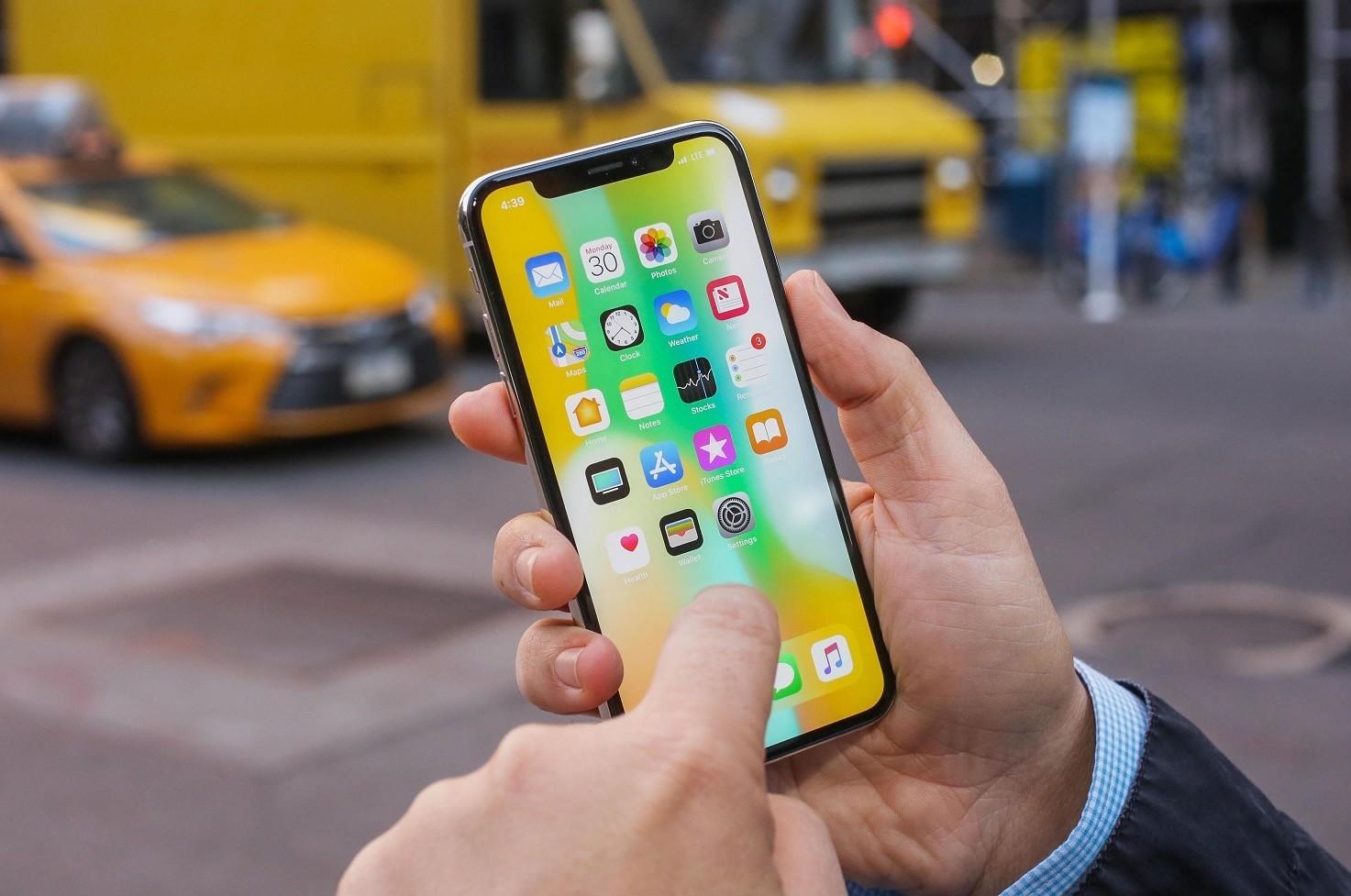 iPhone X, stop in estate e lancio di tre
