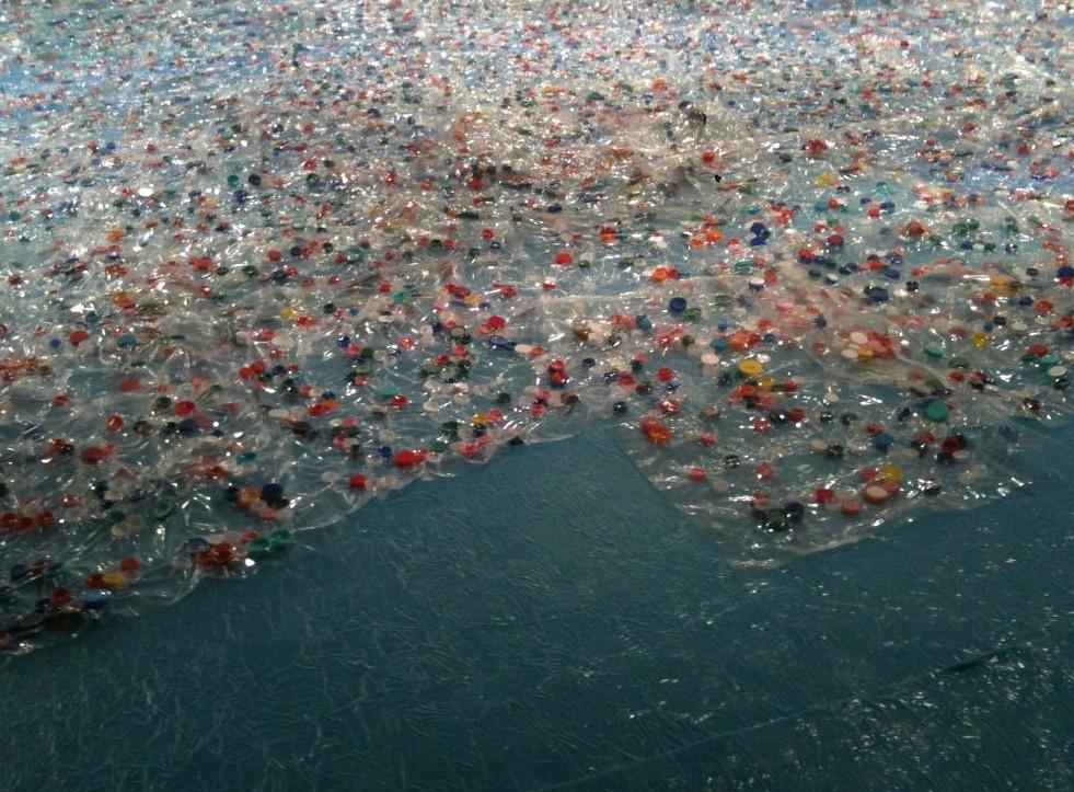 Isola formata da rifiuti è ancora maggio
