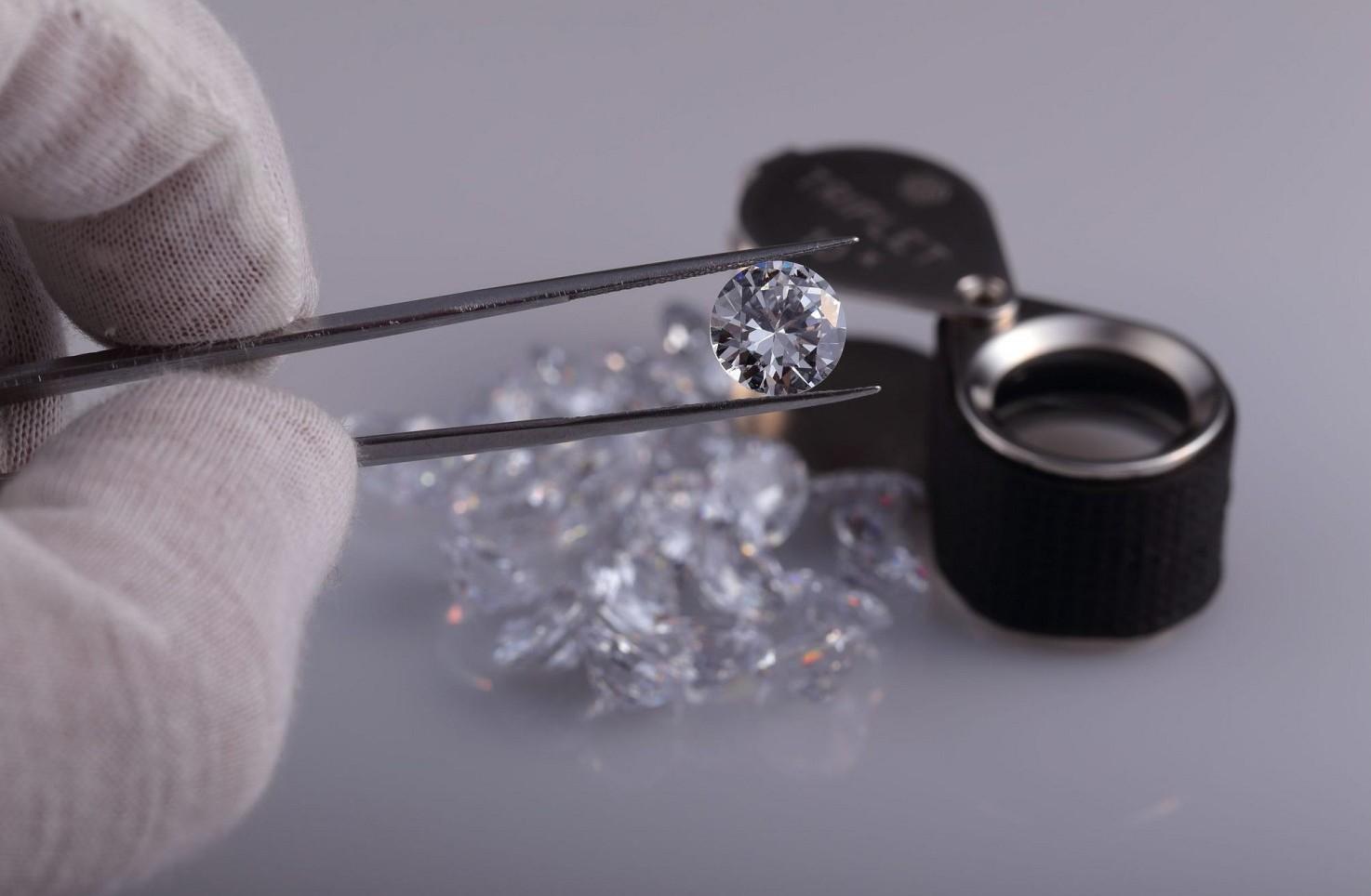 Banca suggerisce di comprare diamanti e