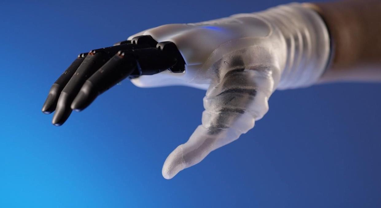 Mano bionica innovativa e italiana, perf