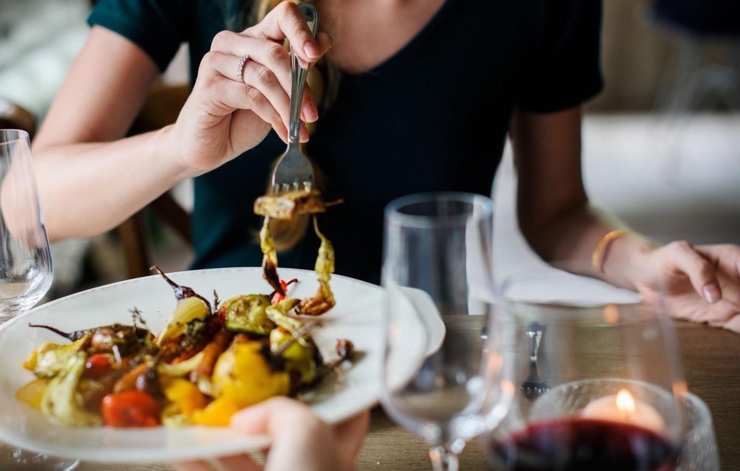 Mangiare con lentezza a tavola, si riman