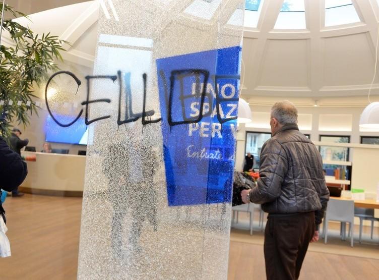 Banca Intesa, martellate e graffiti cont