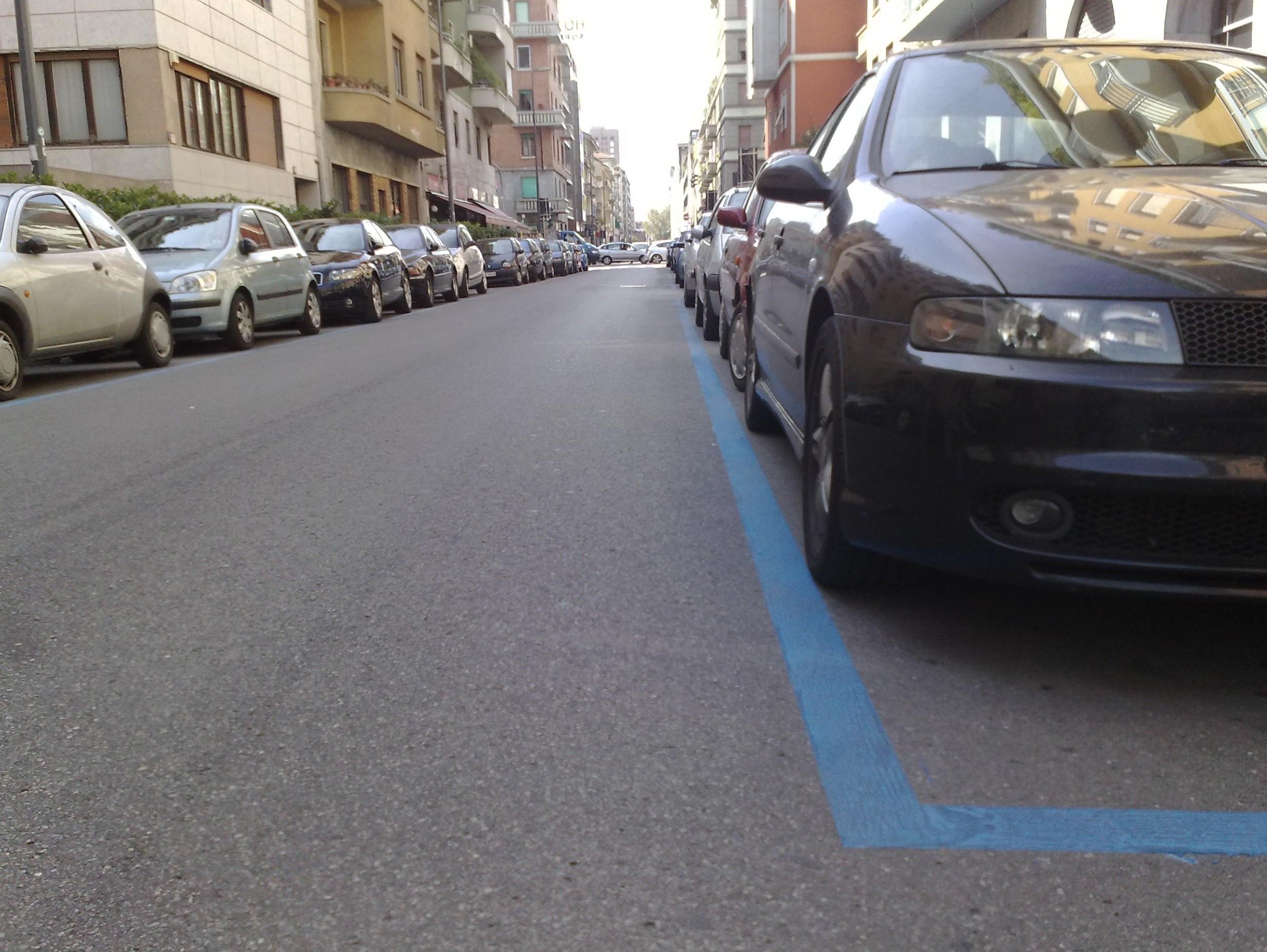 Parcheggi disabili sulle strisce blu si