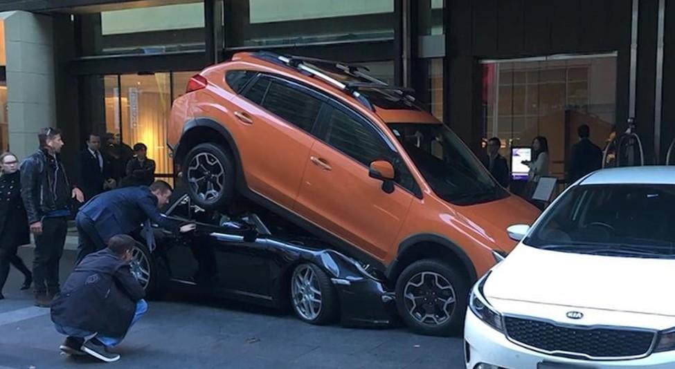 Porsche posteggiata sotto Suv, ecco come