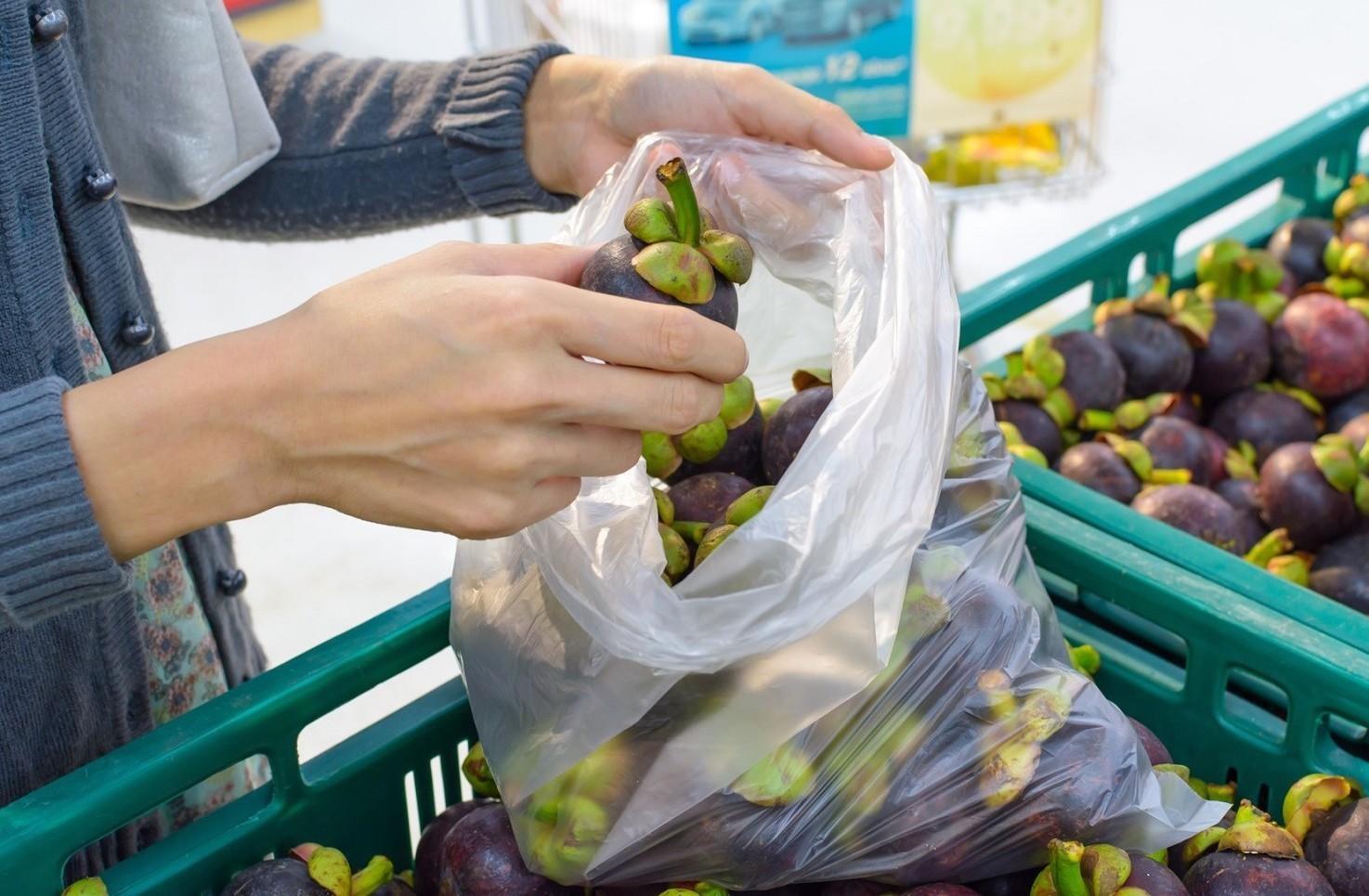 Sacchetti di plastica, frutta e verdura