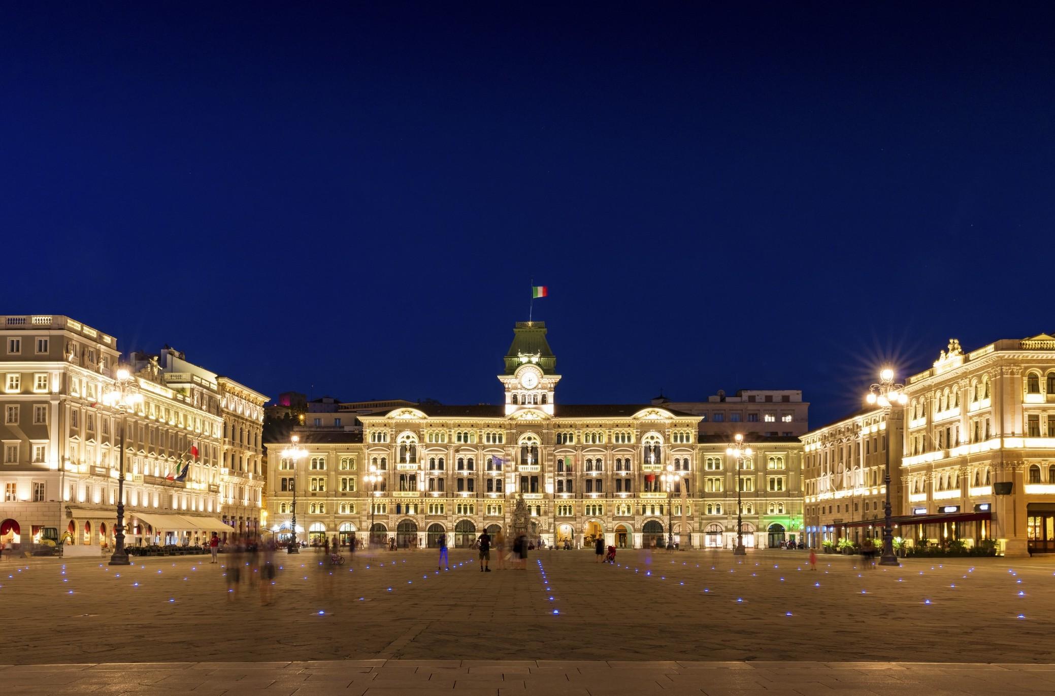 Un drone sorvola Piazza Unità a Trieste.