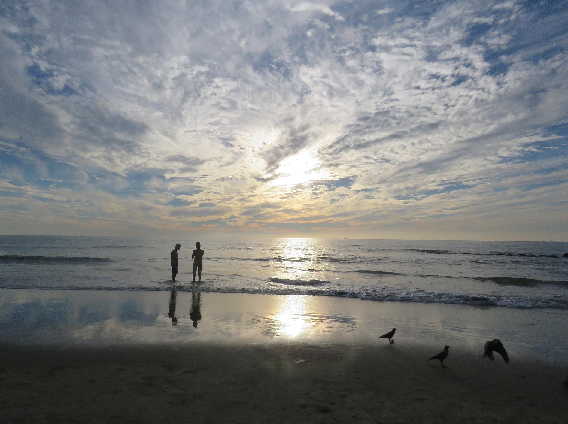 Uomini e donne divisi in spiaggia da un