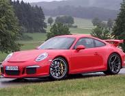 In autostrada su una Porsche