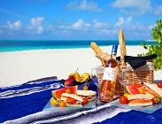 Pranzo in spiaggia sotto lombrellone