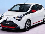 La storia di questa auto è interessante perché la prima generazione di Toyota Aygo è stata progettata per attrarre i giovani guidatori di città e per conferire un maggiore senso di giocosità al marchio Toyota. Questa è stato il primo modello della To
